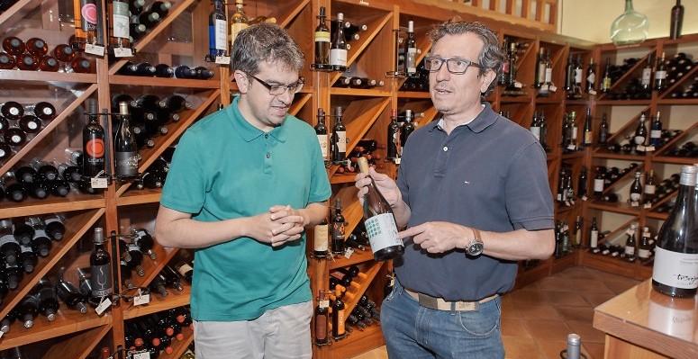 Jesús Morales asiste a la cata de vinos que realizan Ferrán Castelles