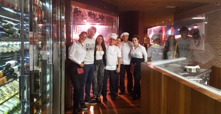 Jesús Vallejo y su novia con el equipo del Brunelli's