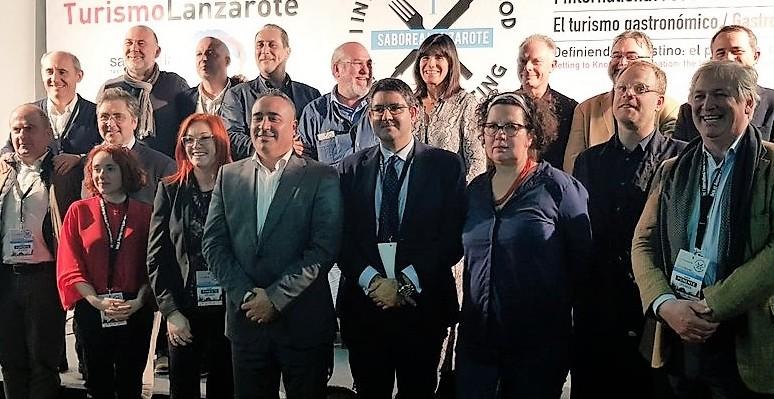 Congreso periodismo gastronómico foto familia con Angel Vazquez